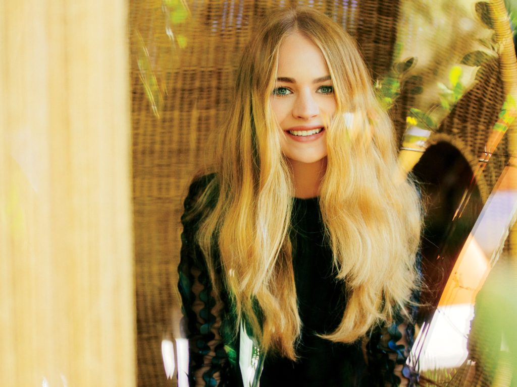 Britt Robertson Biography, Net Worth, Career And Pics 11